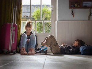 Monoparentalité, Garde alternée, Père, Enfants, Autoportrait, Télécommande, Famille, France. Single Parent, Daddy time, Father, Children, Self-Portrait, Remote Control, Family