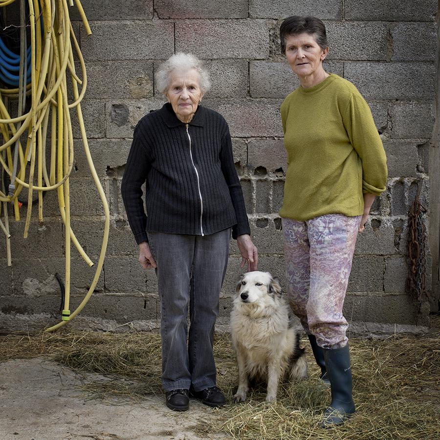 Full-length portrait of a mother and daughter at the farm. Portrait de plein pied d'une mère et sa fille à la ferme.