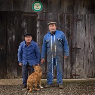 Full-length portrait of a father and his son at the farm. Portrait de plein pied d'un père et son fils à la ferme.