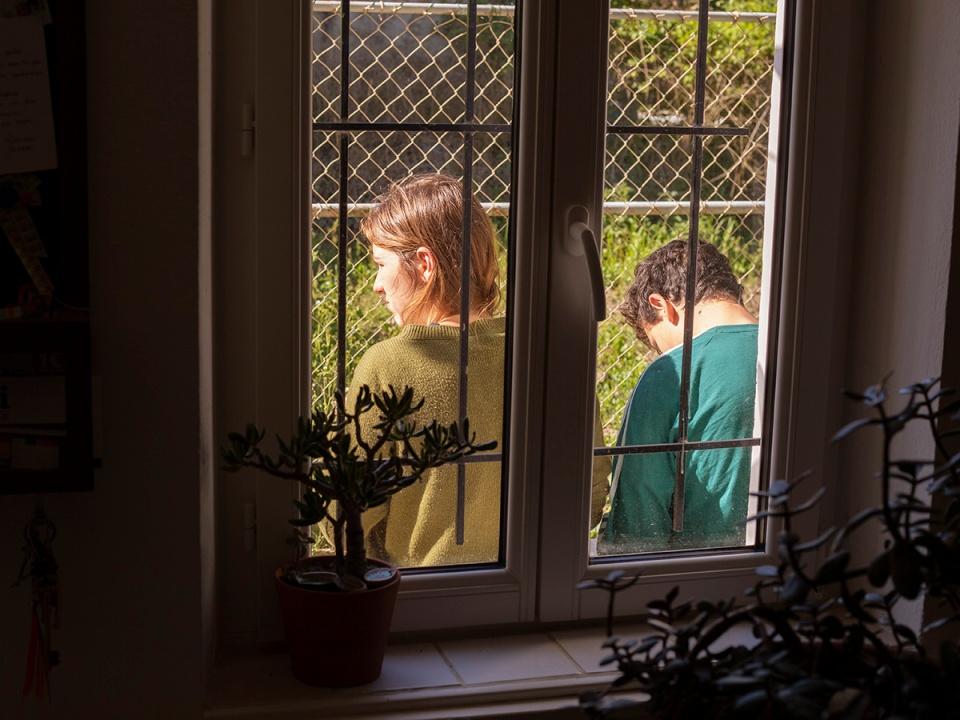 Two children at the window during the french lockdown. Deux enfants a la fenetre pendant le confinement en France.
